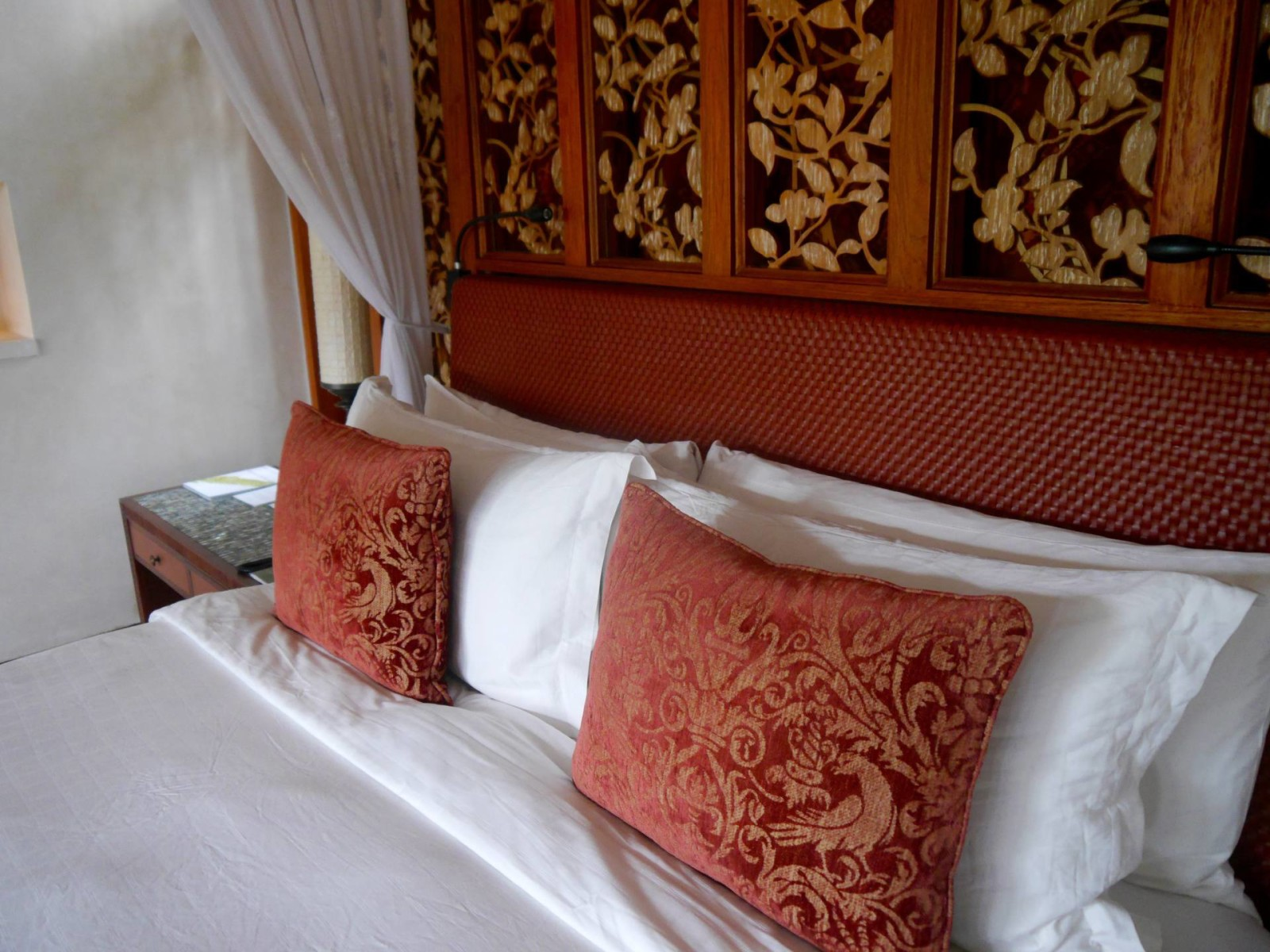 four-seasons-sayan-bali-villa-bed-pillows