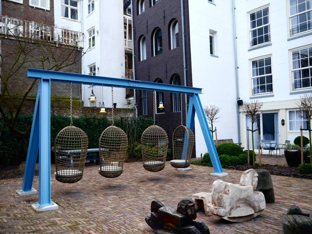 pulitzer-amsterdam-review-swings-courtyard