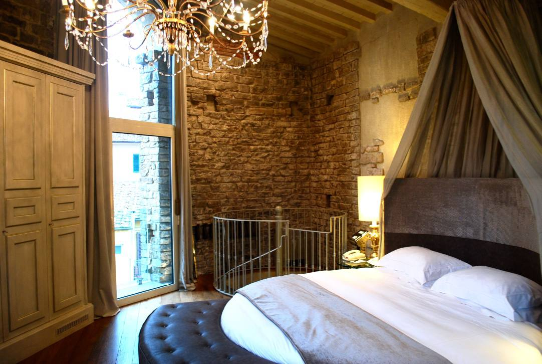 Hotel-brunelleschi-florence-tower-suite-bed