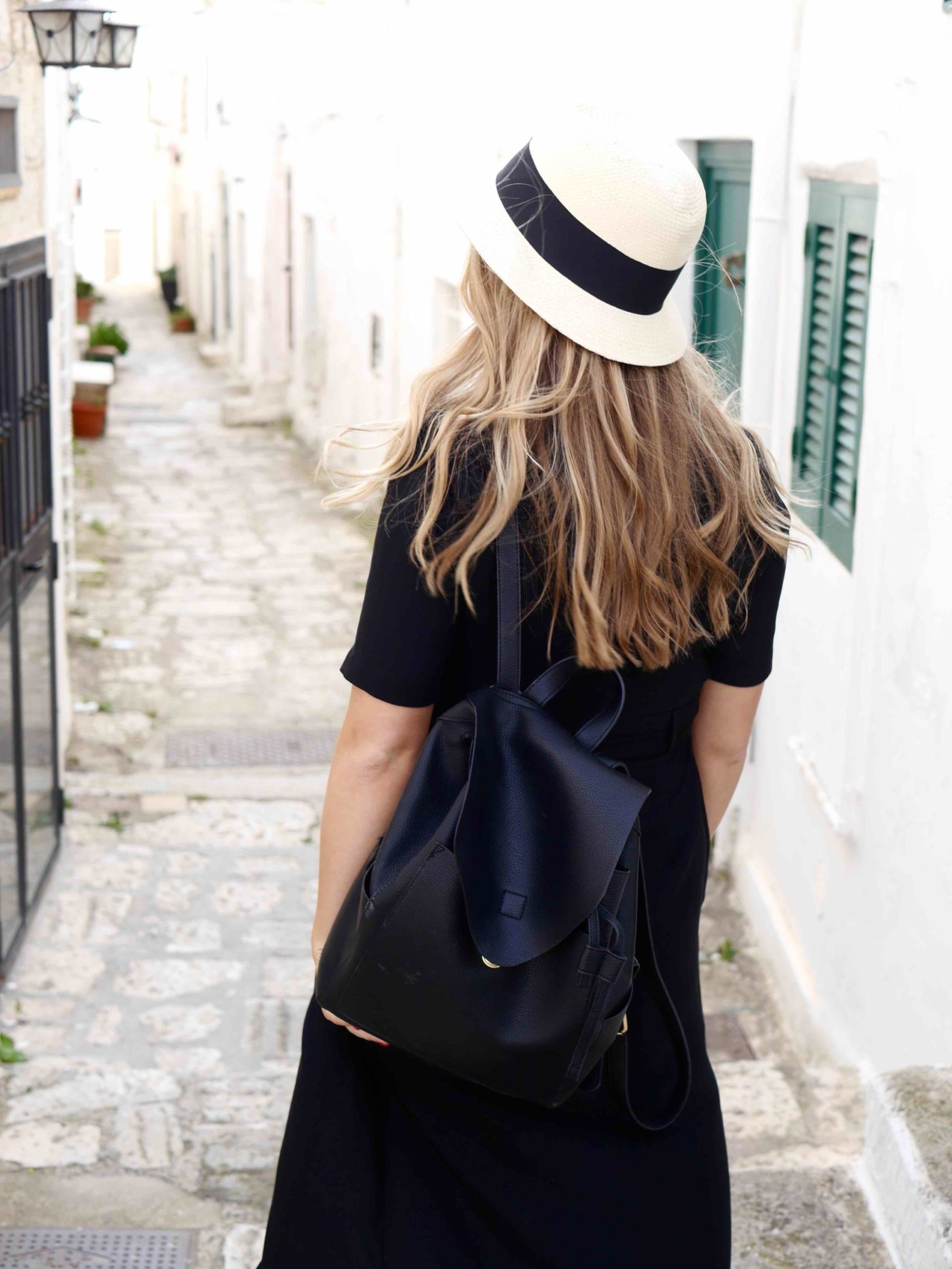 the-travelista-jess-gibson-travel-blogger-puglia-fedora-backpack