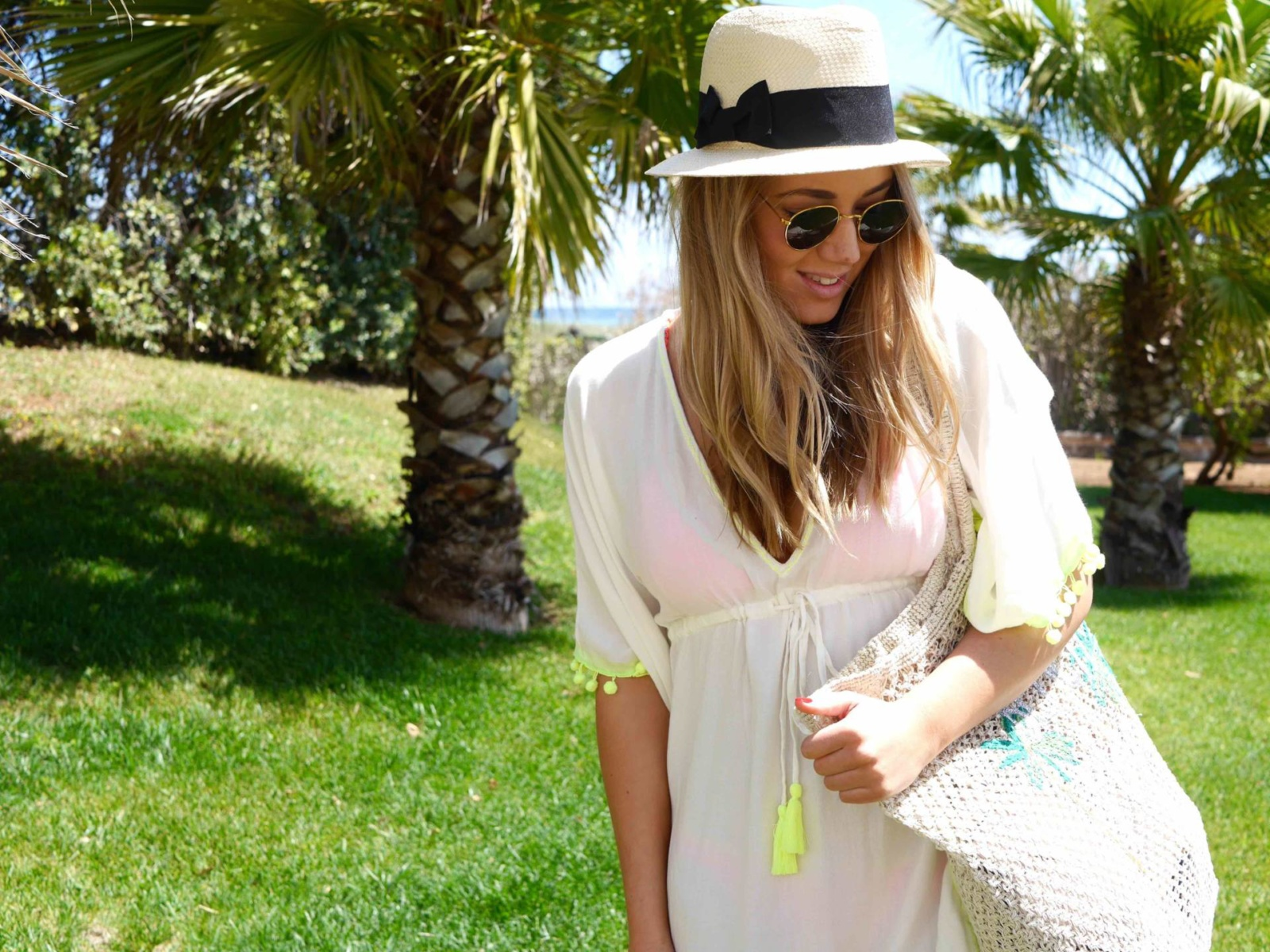 the-travelista-jess-gibson-travel-blogger-puglia-kaftan-fedora-beach-bag