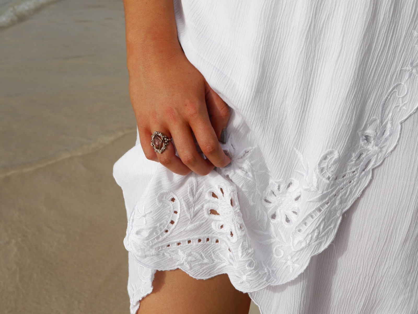 the-travelista-blog-jess-gibson-antigua-white-beach-dress-detail